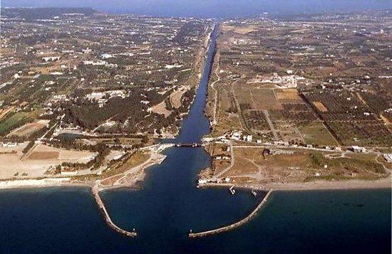 Aerial View of Ship Canal in Corinth Коринфский канал в Греции. Вид сверху