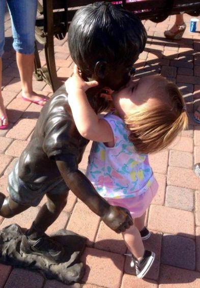 Дети и памятники (22 фото)