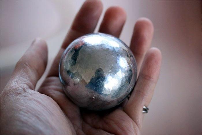 Полированный шар из фольги фото