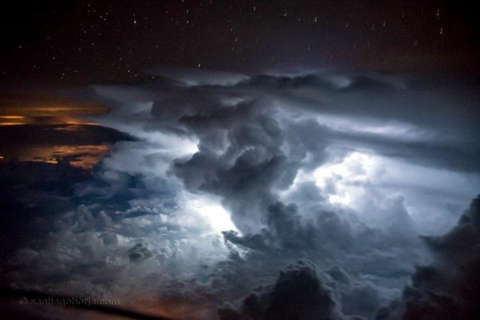 Небо из кабины пилота самолета, вид из самолете