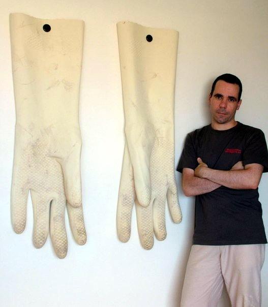 перчатки на стене