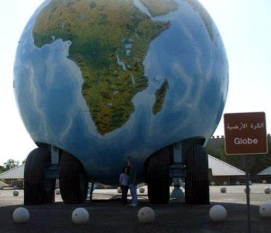 большущий глобус на колесах