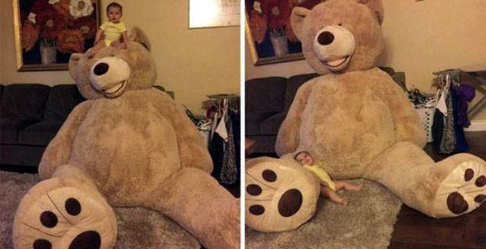 большой плюшевый медведь и маленький малыш