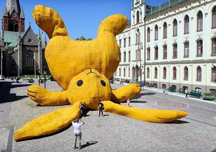 большой желтый кролик