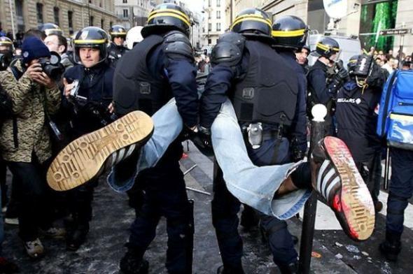 - схватили за яйки и понесли, полиция и народ