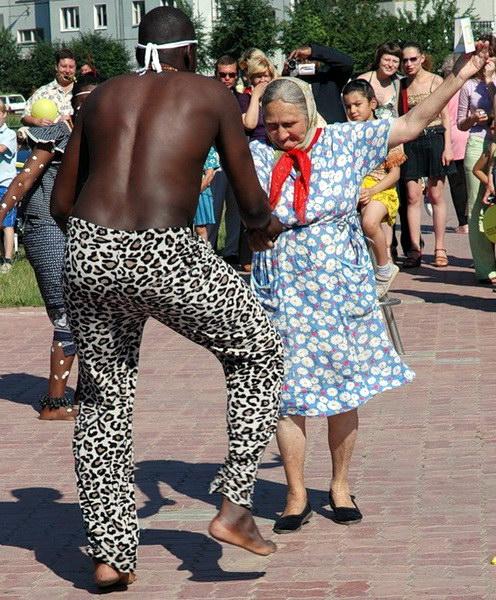 наши бабушки всех затанцуют даже африканцев