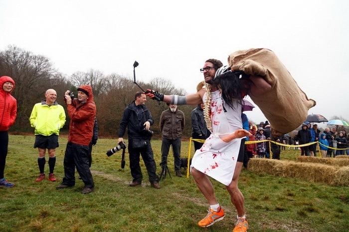соревнования по переноске жен в Великобритании Wife Carrying Race