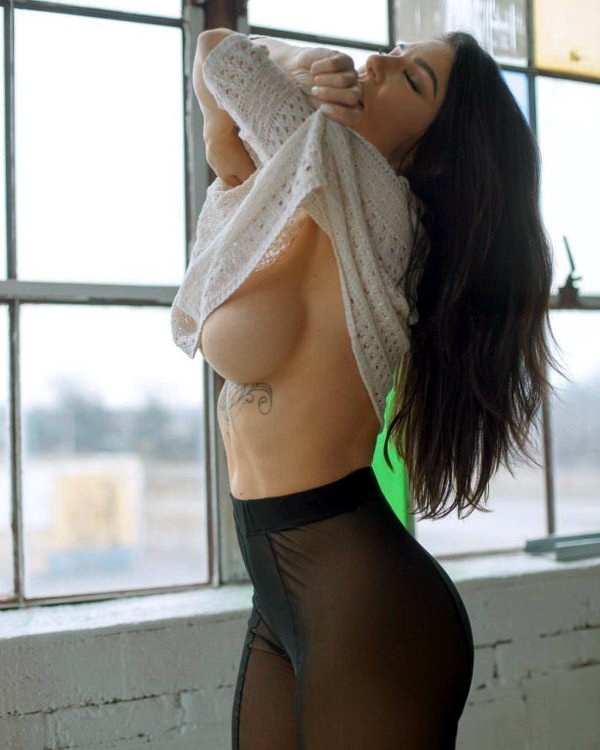 декольте наоборот фото underboob фото видно грудь